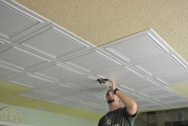 Как приклеить потолочные панели из пенопласта?
